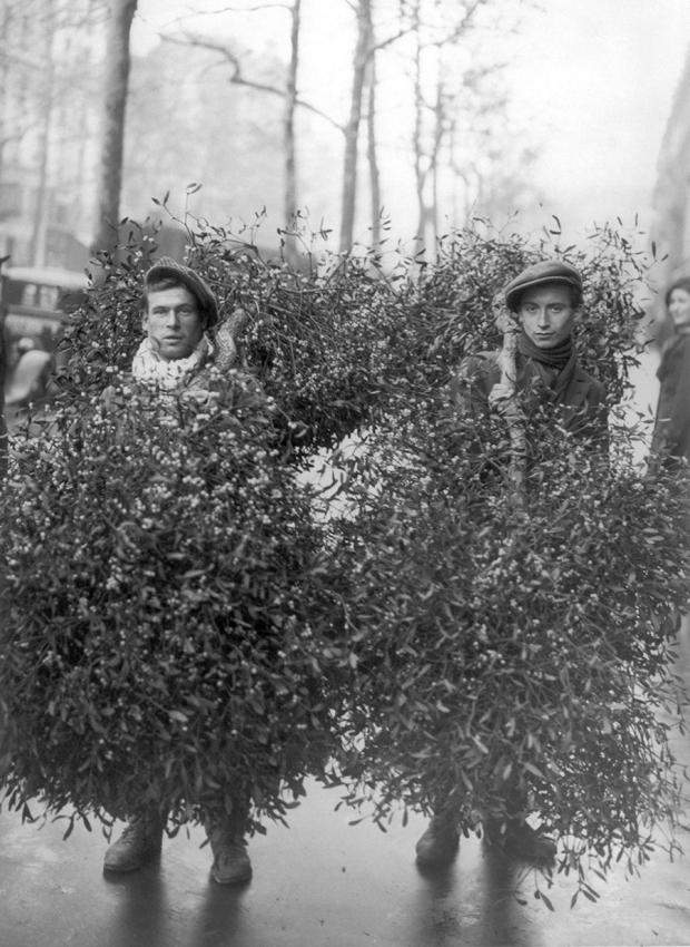 Deze twee mannen verkochten mistletoe in 1928.