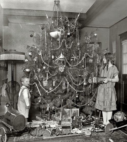 Samen de boom optuigen in de jaren 20.