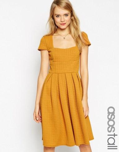 """Práchtig jurkje met schattige kapmouwtjes. In de kleur mosterdgeel. Deze komt uit de ASOS """"Tall"""" lijn, en is dus uiterst geschikt voor de wat langere vrouw! €57,53."""