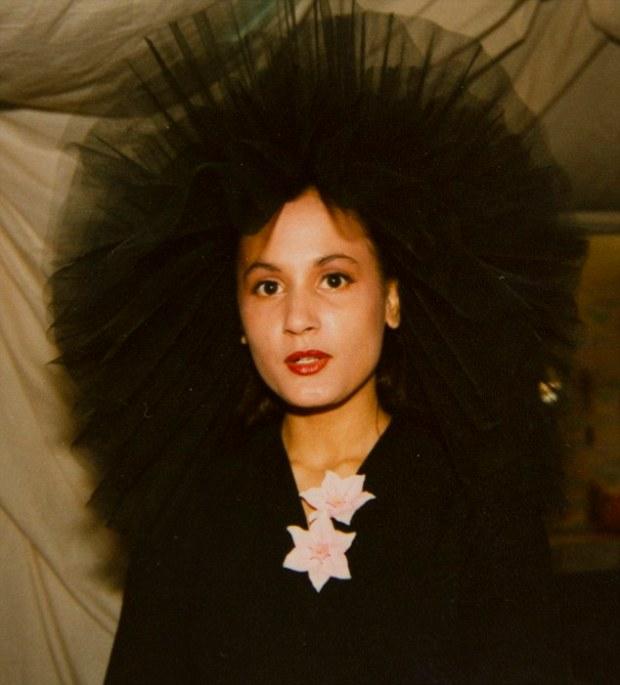 Tess in 1985 op drieëntwintigjarige leeftijd. Van haar vrienden kreeg ze als bijnaam 'Mona Lisa' naar het beroemde schilderij van Leonardo DaVinci.