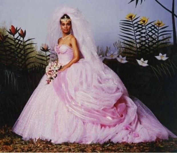 Big & Poofy is natuurlijk helemaal jaren 80. En in dit geval werd Lisa een echte prinses, dus in haar geval werd de jurk nóg meer poofy. En roze. Duh. Maar kom op, big & poofy hóeft niet perse lelijk te zijn. En bij deze jurk denk ik zelf persoonlijk maar aan één woord. Hideous! In plaats van aan een prinses denk ik eerder aan My big fat American gypsy wedding. Zoiets. En dat vind ik nou toch echt niet bij een prinses passen...