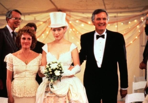 Molly Ringwald heb ik zelden een mooie jurk zien dragen in alle 80s films waar ze in voorbij kwam. Zo vond ik ook de jurk die ze droeg in Pretty in Pink meer dan afschuwelijk. Deze trouwoutfit is ook verre van geslaagd...Eindelijk eens een trouwjurk zonder die lelijke opgeblazen mouwen, en dan ziet de rest van de jurk er niet uit. Verder ben ik gek op hoedjes, maar deze combi kan écht niet. Verder, niet te zien op deze foto, maar ze droeg ook echt afschuwelijk lelijke schoenen onder deze jurk. Totale miss-match!