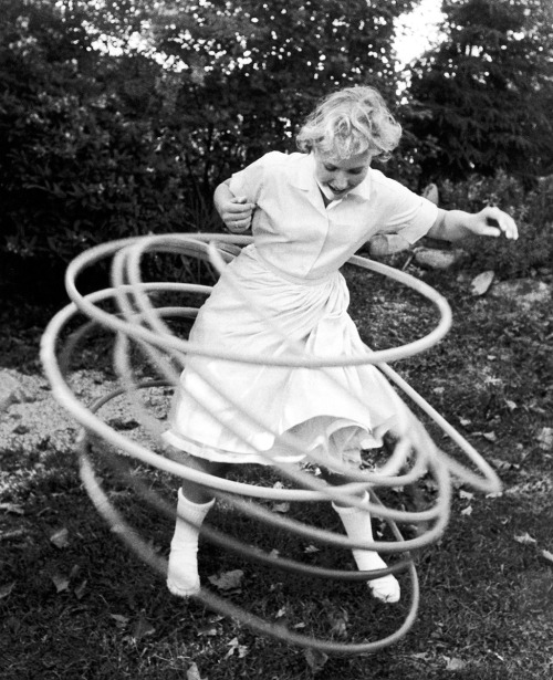 Hula hooping, 1959.