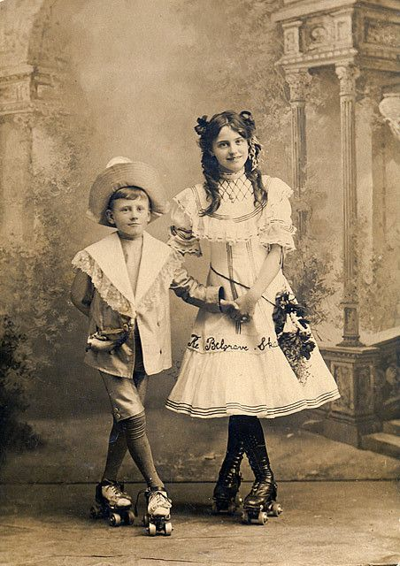 Victoriaanse kinderen op rolschaatsen.