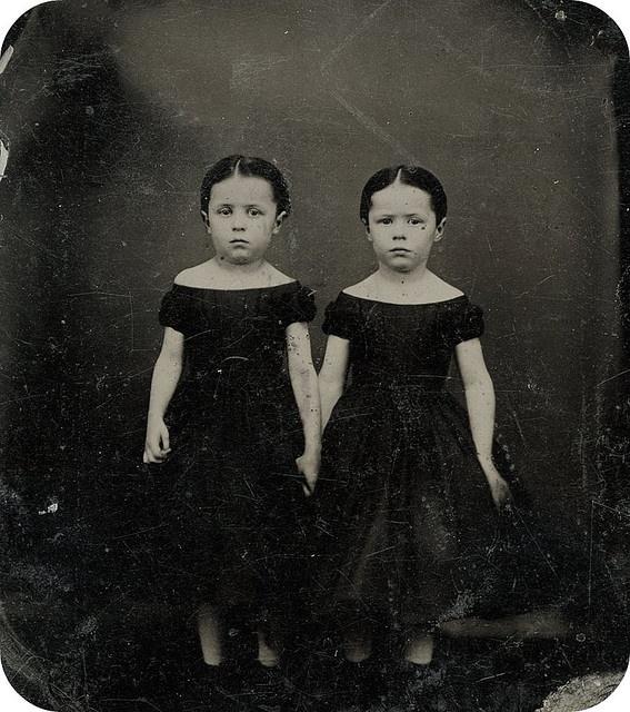 Victoriaanse tweelingzusjes.