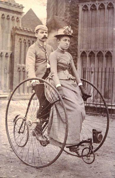 Een Victoriaans koppel op een tandemfiets. Circa 1890.