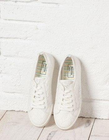 Sneaker met paisleyprint BSK, €25,99.