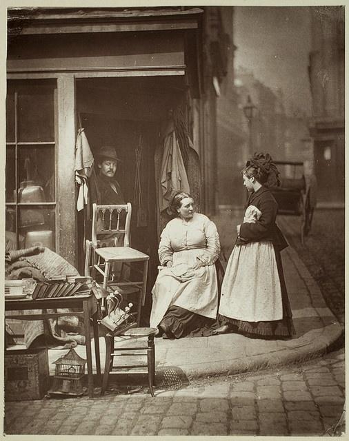 Een Victoriaans winkeltje voor gebruikte, tweedehands meubelen. Circa 1877.