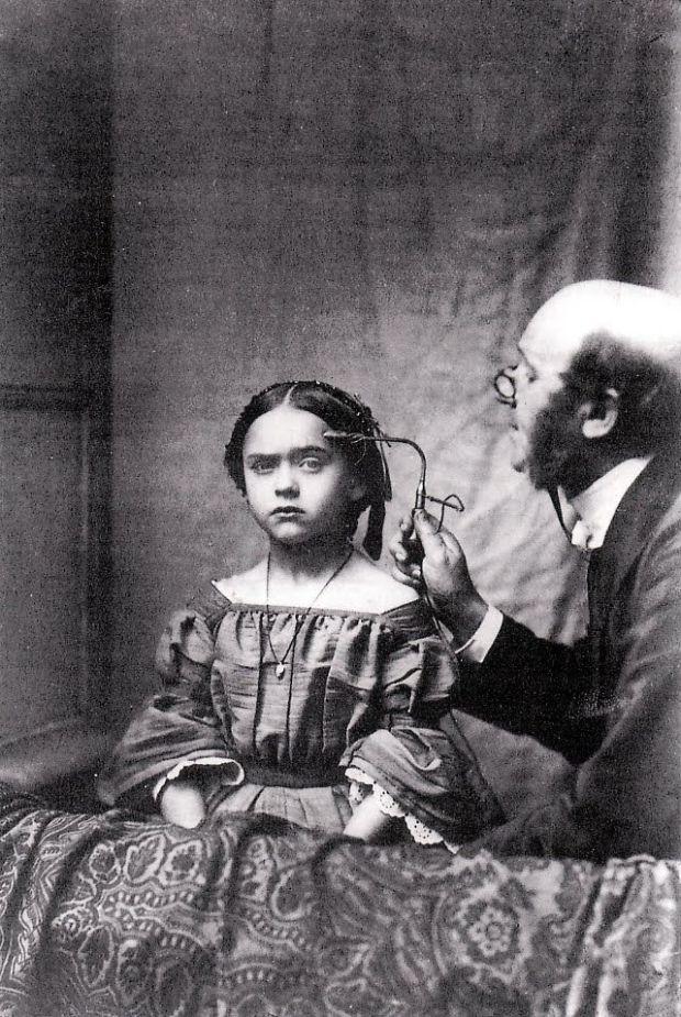 Dit meisje ondergaat electro-physiology sessies, uitgevoerd door Dr. Duchenne in Parijs 1862.