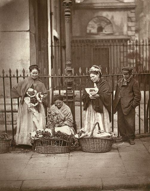 De bloemenverkoopsters in Covent Garden. 'Street Life in London. 1877.