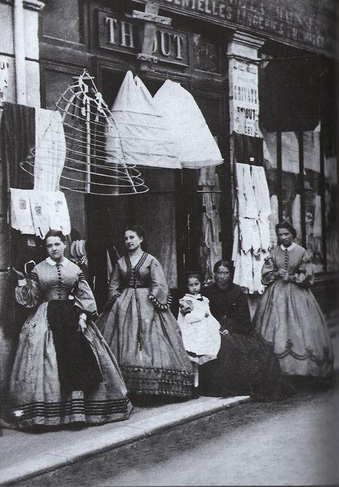 Een winkel voor hoepelrokken circa 1880.