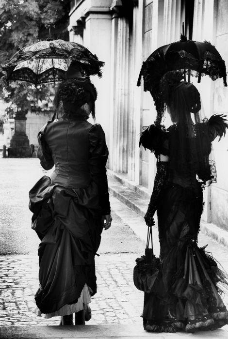 Victoriaanse vrouwen met parasols.