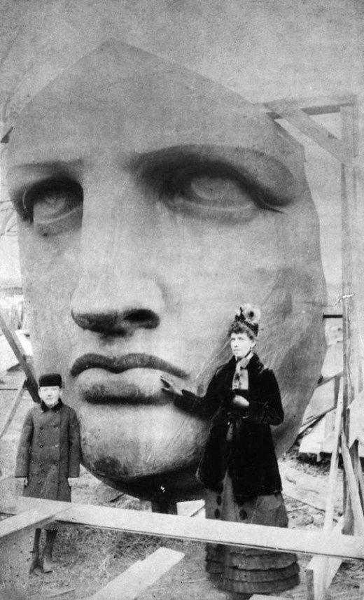 Het hoofd van het Vrijheidsbeeld wordt uitgepakt, 17 juni 1885.