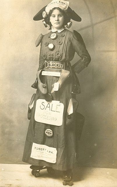 Een Victoriaanse schoenenverkoopster op rolschaatsen.