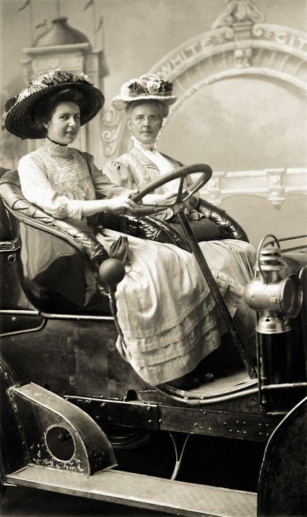 Volledig in stijl een ritje maken. Circa 1893.