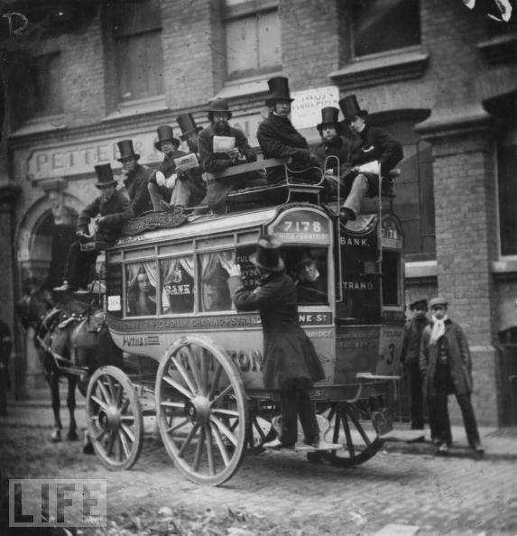 Een afgeladen busritje in het Victoriaanse Londen van 1865.