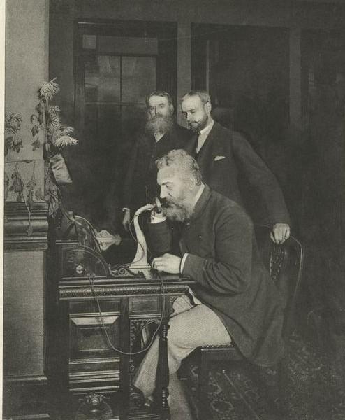 Het eerste telefoongesprek tusen New York en Chigaco. Alexander Graham bell, de uitvinder van de telefoon, voerde het gesprek. 1892.