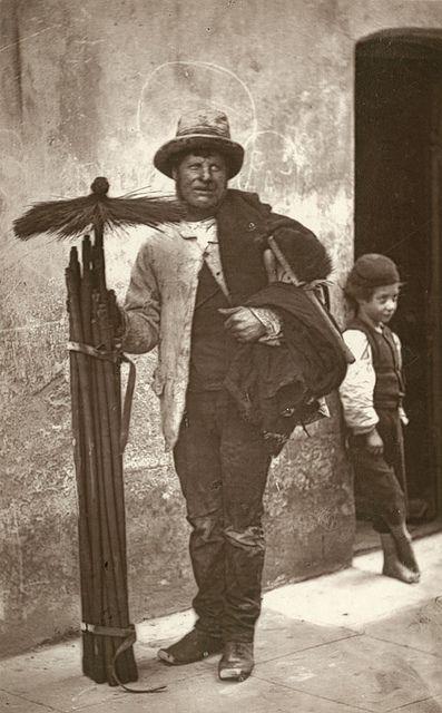 Een schoorsteenveger in Victoriaans Londen. Circa 1877.