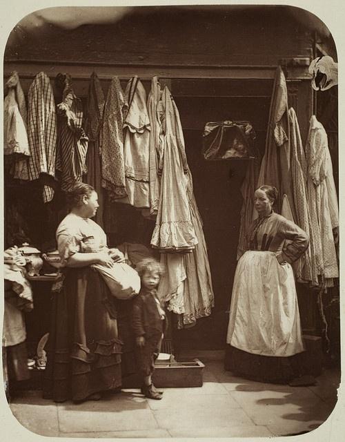 The Old Clothes shop. Een winkeltje voor tweedehands kleding. Circa 1877.