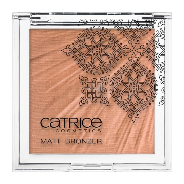 Hete woestijn. De Matt Bronzer tovert onmiddellijk een zomerse gloed op de huid. De matte poedertextuur is ook ideaal om mee te shapen. Het opvallende reliëf doet denken aan zonnestralen en is een ware eyecatcher die je meteen in de stemming brengt voor nieuwe avonturen. Verkrijgbaar in: C01 Brave Bronze.