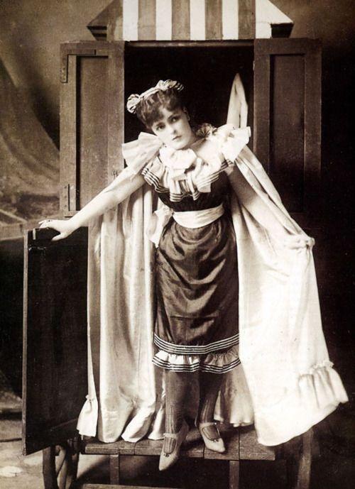 Een jonge Victoriaanse vrouw heeft zich net omgekleed in haar badkostuum en is klaar om het water in te gaan. Wat een verschil met nu! Circa 1894.