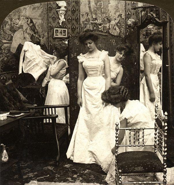 Een Victoriaanse bruid wordt klaargemaakt voor haar grote dag. Circa 1890.