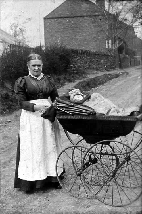 Een Victoriaanse kinderwagen. De kinderwagen werd voor het eerst gezien rond 1850. Ze waren echter zo duur dat vrijwel niemand ze kon veroorloven. De kinderwagen was in deze tijd dus ook een statussymbool.