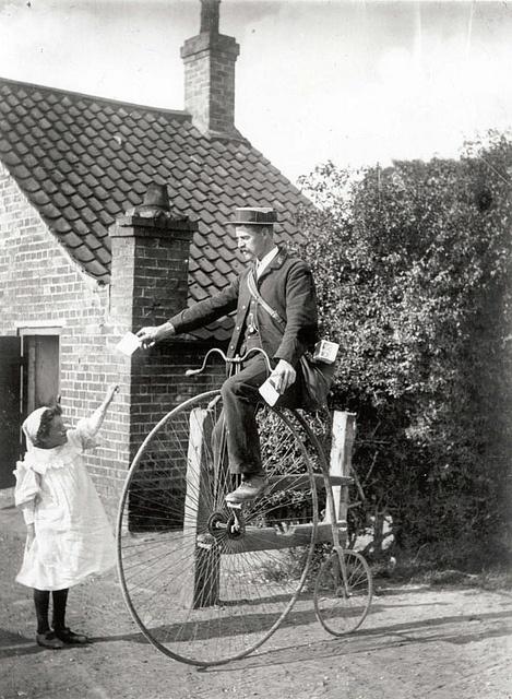 Victoriaanse postbode op de fiets.