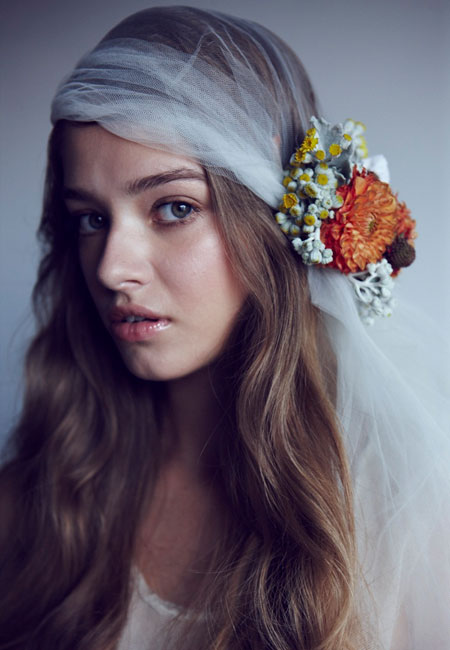 how-to-wear-flowers-in-wedding-hairstyle
