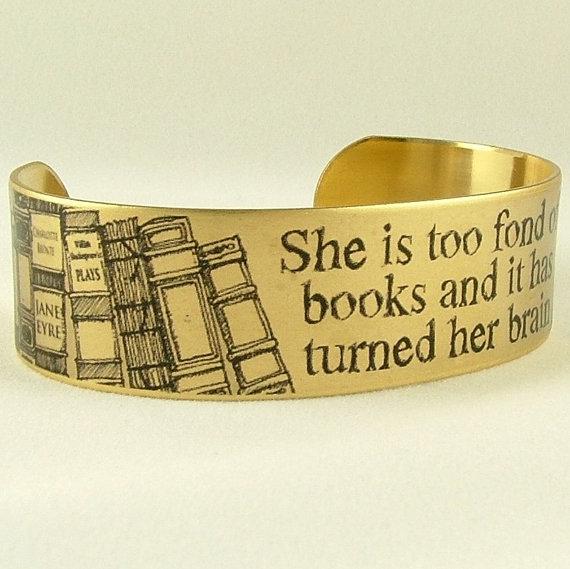 Een koperen cuff bracelet met daarop een quote van Louise May Alcott. Je weet wel, de schrijfster van de geweldige klassieker Little Women.