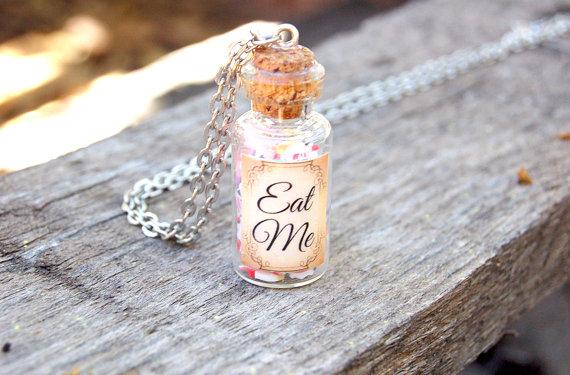 """Dé ketting voor fans van Alice in Wonderland! Deze ketting komt in een schattig juwelendoosje. De verkoopster heeft overigens ook een """"Drink me"""" ketting te koop ;)"""