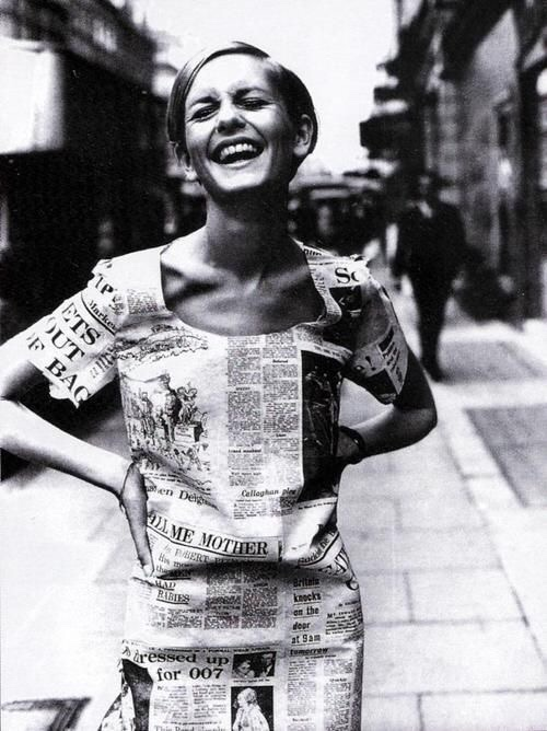 Twiggy in een newspaper print dress, London 1967