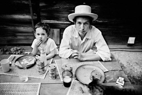 Bob Dylan met zijn zoontje Jesse, 1968.