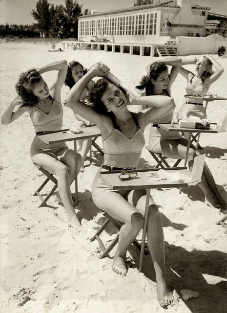 Beauty school at the beach! Jaren 40.