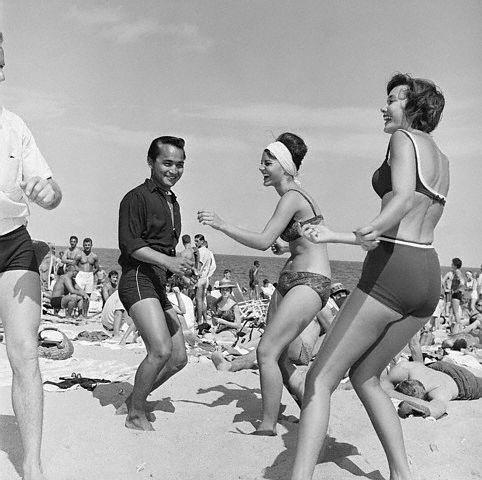 Dansen op het strand in de jaren 60.